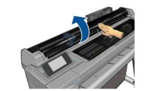 Если используется принтер T520, откройте крышку рулона.