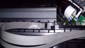 Шлейф каретки по сути является кабелем передачи данных между главной платой и платой каретки. При физическом износе данный кабель повреждается (излом в местах постоянного сгиба, оголение проводов в местах частого соприкосновения с металлическим корпусом). Более профессиональные плоттеры при повреждении шлейфа выдают ошибку 11:11 (к примеру прошлые модели серии HP DesignJet 500, 510 и 800). Но в данных моделях такой ошибки нет. Плоттер будет Вам ругаться на печатающую головку (ошибка 27:10 – Головка отсутствует или неисправна), на картриджи, на узел каретки (ошибка 02:10), на движение каретки (ошибка 87:10). Понять точно, что же вышло из строя, сама каретка (или любой сопутствующий узел) или сам шлейф, поможет диагностика, которая точно определит надобность замены шлейфа каретки. Если причина оказалась все-таки в шлейфе, то ниже приведены все шаги и пункты, которые помогут пошагово максимально правильно провести все работы по замене шлейфа.  Замена шлейфа каретки  Выключите принтер и отсоедините кабель питания. 2. Снимите переднюю крышку.  3. Снимите обе боковые крышки.  4. Снимите переднюю панель.  5. Снимите центральную крышку.  6. Переместите каретку в центр плоттера.  7. Снимите крышку каретки PCA.